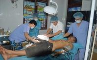 Bác sĩ Trường Sa cứu ngư dân bị đứt gân tay