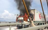 Tài xế thoát chết khi xe tải bốc cháy trên cầu Cần Thơ