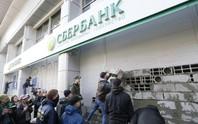 Ukraine bắt đầu trừng phạt ngân hàng Nga