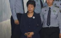 Bà Park Geun-hye bị còng tay hầu tòa, bạn thân Choi rơi lệ hối lỗi