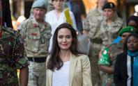 Angelina Jolie thăm các bé gái tị nạn ở Kenya