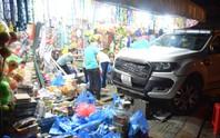 Kinh hãi xe bán tải đâm sầm vào tiệm tạp hóa