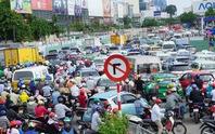 Dân ùn ùn đi nghỉ lễ, cửa ngõ sân bay Tân Sơn Nhất kẹt cứng