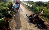 Lâm tặc đốt cả xe khi bị kiểm lâm chặn bắt