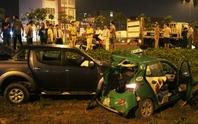 Xe bán tải húc taxi văng khỏi đường, 4 người bị thương