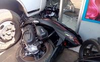 Xe tải đâm xe máy rồi lao vào tiệm tóc