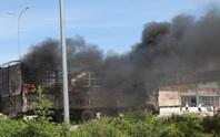 Nghẹt thở xem tài xế điều khiển xe tải bốc cháy ngùn ngụt