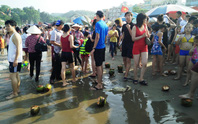 Sau nghỉ lễ, biển Sầm Sơn ngập rác