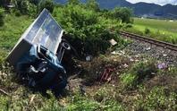 Tàu hỏa tông xe tải bẹp đầu, 1 người chết, 2 người nguy kịch