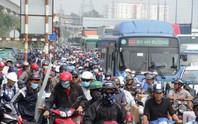 Bơ phờ nhích từng chút trên xa lộ Hà Nội