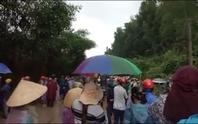 Hàng trăm người đội mưa phản đối thi công bãi rác