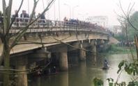 Nam sinh nhảy sông tự tử trên đường đi học