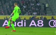 Hú vía với đường chuyền ma của thủ môn