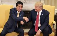 Cái bắt tay lạ lùng của TT Trump và Thủ tướng Nhật