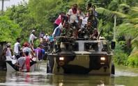 Lũ lụt lịch sử, người dân sơ tán trên xe bọc thép