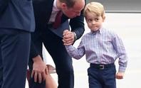 Hoàng tử bé George líu ríu tại sân bay Ba Lan siêu dễ thương