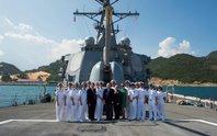 Thượng nghị sĩ John McCain thăm tàu khu trục Mỹ tại Cam Ranh