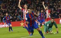 Suarez ghi bàn rồi bị thẻ đỏ, Barcelona vào chung kết Cúp Nhà vua