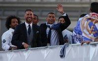 Ronaldo xuống tóc rước cúp cùng Real Madrid