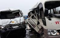 Xe khách tông xe bồn chở xăng, 5 người nguy kịch