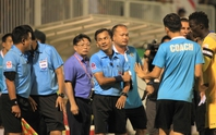 Treo còi, cờ 2 trọng tài trận HAGL – FLC Thanh Hóa