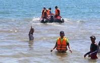 Rủ nhau ra biển chơi, 2 anh em bị sóng cuốn trôi