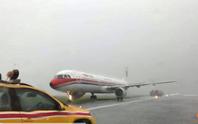 Máy bay Trung Quốc trượt khỏi đường băng khi hạ cánh