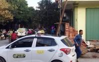 Kinh hoàng thanh sắt rơi đâm chết người ngồi trong taxi