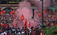 [Clip] - Phố Nguyễn Huệ nổ pháo ăn mừng bàn thắng của Quang Hải.