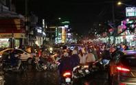 TP HCM: Triều cường đụng trời mưa, giao thông tê liệt