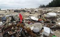 Hàng chục tấn rác bủa vây 9 km bờ biển Đà Nẵng