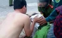 CSGT Thanh Hóa cởi áo cấp cứu người bị tai nạn giao thông