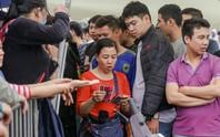 Chen chúc mua vé đại chiến Việt Nam - Malaysia trong mưa rét
