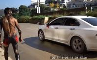 Chú rể chạy khỏi đám cưới, bị xe tông nhập viện