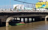 4 người suýt chết khi sà lan chui qua cầu bị chìm