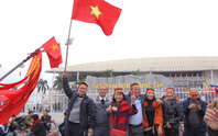 CĐV tập trung quanh sân Mỹ Đình từ sáng sớm cổ vũ tuyển Việt Nam