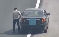 Nam tài xế thản nhiên dừng xe đi vệ sinh ngay trên đường cao tốc Hà Nội - Hải Phòng