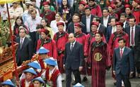 Thủ tướng Nguyễn Xuân Phúc  dâng hương tại Đền Hùng dưới mưa