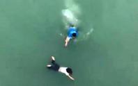 Clip nam thanh niên lao xuống sông cứu cô gái nhảy cầu tự tử