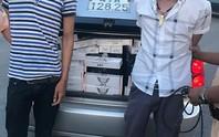 Bắt 2 đối tượng dùng xe ô tô vận chuyển 10.500 gói thuốc lá lậu