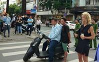 Người dân vừa bắt nóng 2 kẻ cướp giữa trung tâm TP HCM