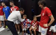 Xúc động cảnh Tổng thống Pháp an ủi 2 con Modric