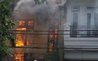 Hà Nội: Cháy lớn nhà kiểu Pháp trên phố, trẻ em lao thoát ra ngoài