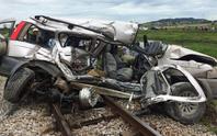 Clip, ảnh hiện trường vụ tàu hỏa tông, đẩy ôtô đi 300 m trên đường ray