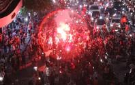Biển người và cờ đỏ thắp sáng hồ Gươm mừng chiến tích Olympic Việt Nam