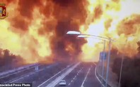 Clip xe chở dầu nổ tung làm sập cầu, hơn 62 người thương vong