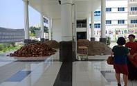 Hà Nội: Sân trường bị đổ đầy cát, gạch, 1.150 học sinh mất chỗ khai giảng