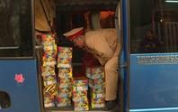 Xe khách qua Lào mua 44 kg pháo hoa về bán