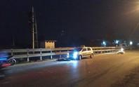 Bị tai nạn dừng lại bên đường, đôi nam nữ bị taxi tông thương vong