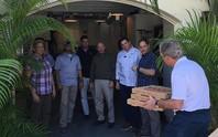 Mỹ: Cựu Tổng thống Bush đích thân giao pizza cho nhân viên mật vụ